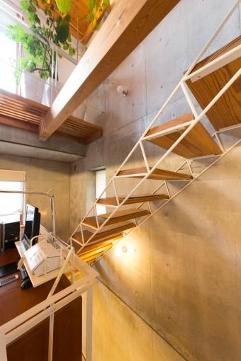 階段はスケルトンで、抜け感が出るように工夫。