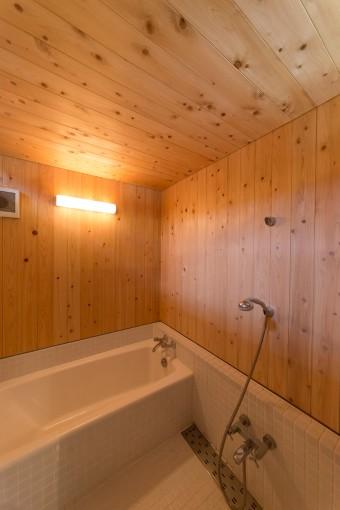 ヒバの木を使ったバスルームは、ヒーリングムードに包まれる。左上の天井のすき間から、外光が入ってくる。