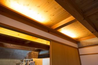蛍光灯は梁の後ろに隠して、間接照明っぽく。細かいところにも工夫が見られる。