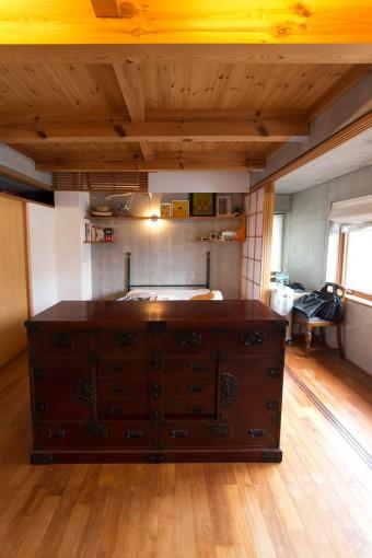 和箪笥は、結婚時の両親からの贈り物。和もよく似合う。縁側をイメージして障子を取り入れて設計。