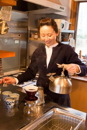 器のお店「ももふく」オーナーの田辺玲子さん。この日は、そばちょこにコーヒーを淹れてくれた。http://www.momofuku.jp/