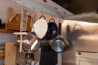 炒りごま用の器具など。吊るすことで見た目も美しく、省スペースに。