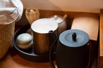 茶道も修行中。家でも練習のため、たしなんでいる。
