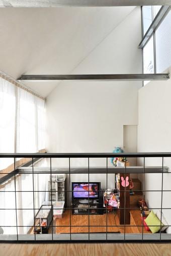 2階からリビング空間を見る。