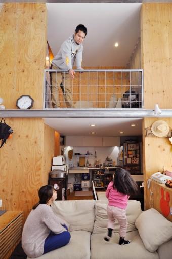 開放的な吹き抜け空間で、家族とのこんなやり取りもごく自然に。