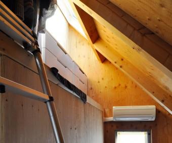 3階の寝室にもハイサイドからの光が落ちる。木だけの空間で落ち着くというこの部屋は、天井が斜めで山小屋風でもある。