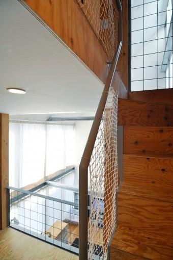 右は3階へと上る階段。