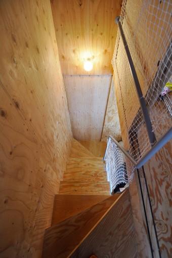 3階から見下ろす。この家の無垢の部分はラーチ合板を使用している。