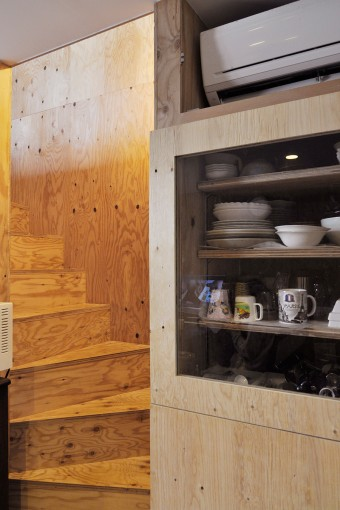 造り付けの食器棚の脇から階段が始まる。