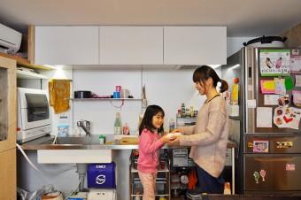 1階キッチンでの真由美さんと暖ちゃん。