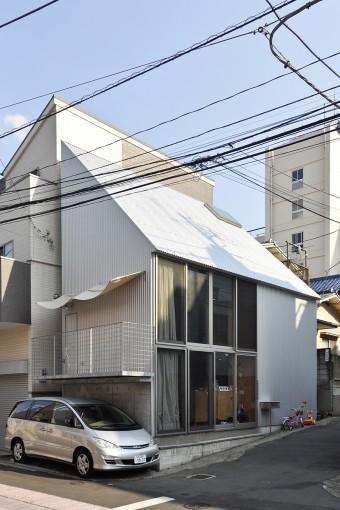 吹き抜け空間そのままの屋根形状。