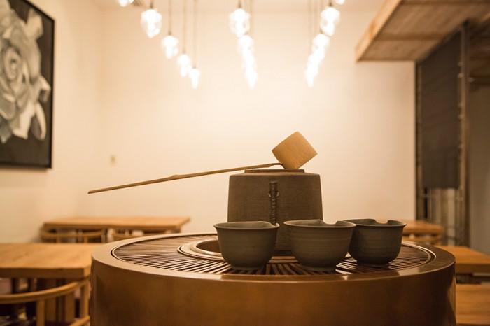 茶房ではお茶は三煎まで楽しめる。一煎目はカウンターで淹れて、二煎目三煎目はこの茶釜のお湯でスタッフが淹れてくれる。茶釜は銅の経年変化によって深い味が出て美しい。