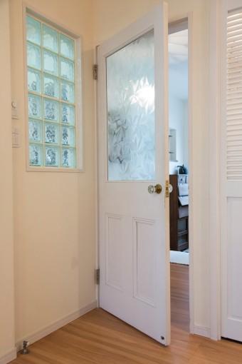 アンティークのドアを自分で探し、取りつけてもらった。左側は、仕事スペース脇のガラスブロック。狭いスペースの閉塞感から解放される。