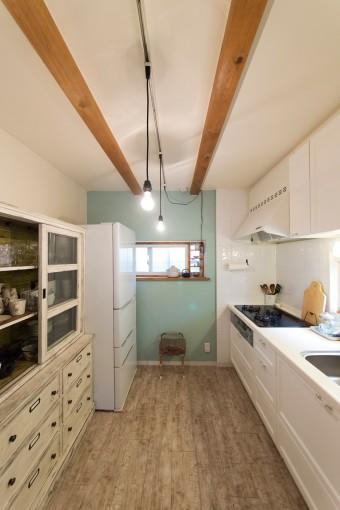 キッチンは、木の梁やヴィンテージの食器棚を活かしてナチュラルに。