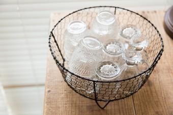 家族がよく使用するグラスは籠に入れ、セルフサービスで。