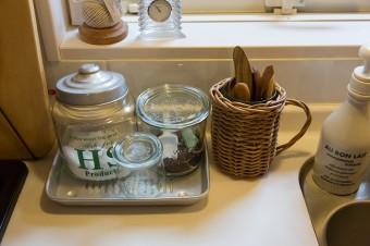調味料などはトレーにまとめることで、掃除の手間も省ける。