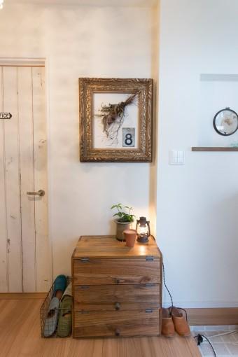 玄関は夫の趣味を活かし、古いランプなどでノスタルジックに。