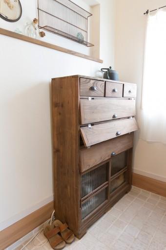 古道具屋で見つけた下駄箱。玄関にも収納は設けなかった。