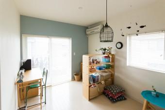 シンプルな空間に遊びを加えた子供部屋。成長とともに変化させていくことを考えている。