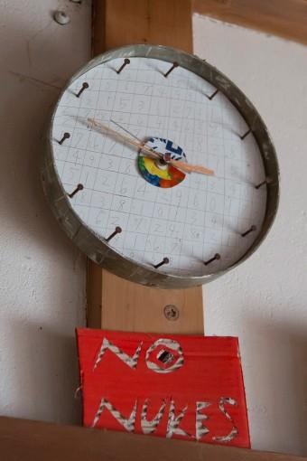 釘の目盛り、中央のドロップ缶の色味……、見ていると楽しい気分になる掛け時計。「数字の並びに特に意味はないです(笑)」