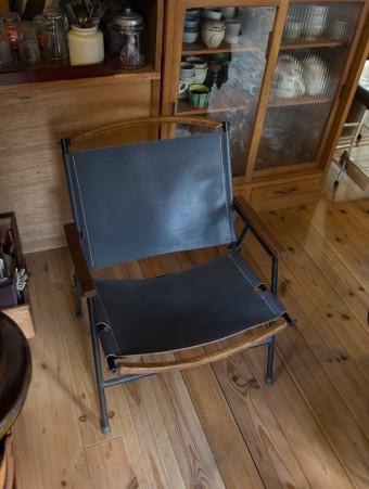 アウトドアチェアの定番、カーミットチェアの仕様そのままに、脚を鉄、座面をレザーに。最高の座り心地!