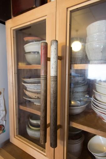 食器棚の把手も、植木屋さんの道具を拝借。そう、刈り込み用のハサミの把手の部分です。