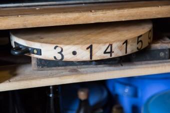 丸いカッティングボードのサイドに刻印された見覚えのある数字の列、3.1415……。円周率を入れる楽しいアイディア。
