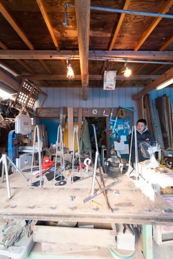 鉄、木材、革……、様々な素材を扱う創さんのアトリエ。奥は主に材料をストックするスペース。