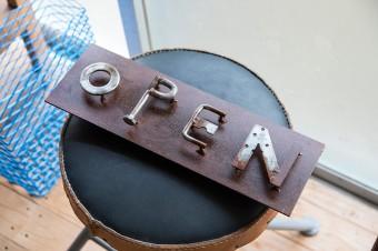 『HAJIME STUDIO』では、アルファベットを使った鉄の看板を作る仕事が多くなっているそうだ。