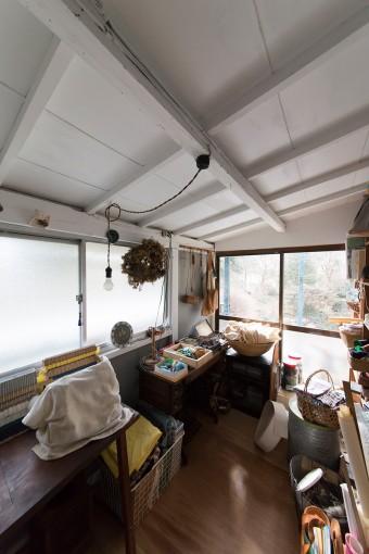夕子さんの作業スペース。自分たちで床にコンパネを張り、天井と壁をペイント。