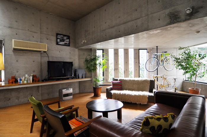 天井の高い、広々としたリビング。窓から差し込む光が、インテリアの一部に。