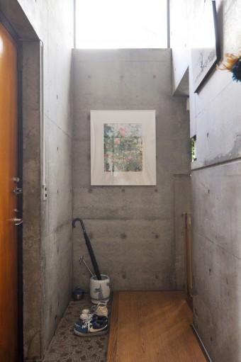 玄関にも採光の工夫が。写真は市橋織江さんの作品。