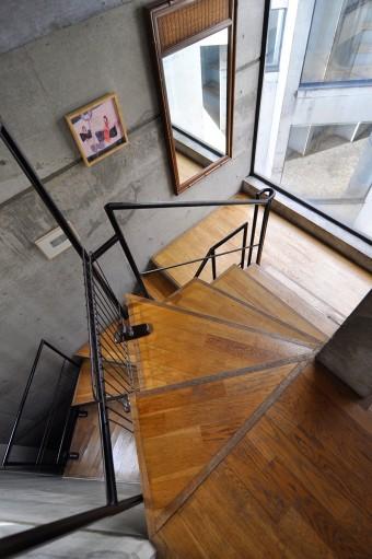 階段でつながる5層の構造が美しい。