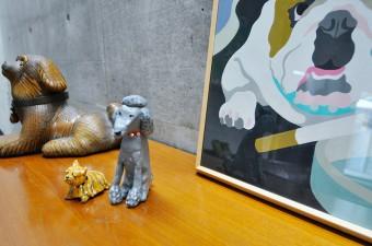 愛犬をモチーフに紙粘土で作った置物。奥が大正時代の籐の籠。