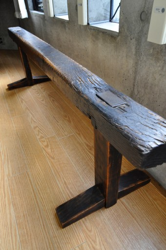 和箪笥の可ナル舎でつくってもらったもの。仕事などの来客の椅子として使用している。
