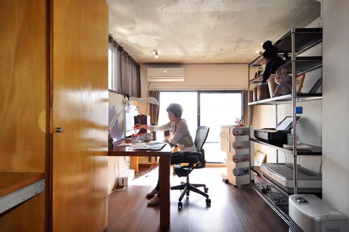テラスに面した仕事部屋。家具は使いやすさを優先して選択。