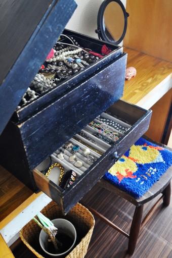 アクセサリー入れにしている木の箱もアンティーク。アクセサリーはコンパクトに、これだけに収納。
