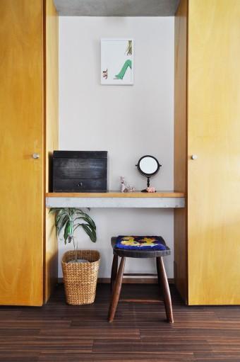 仕事部屋の小さなスペースをドレッサーに。バニティーケースを持ってきて、ここでメイクする。