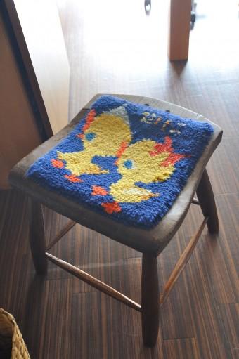 幼児期にお母さんが作ってくれたクッション。古い椅子は背もたれがないので500円で購入。