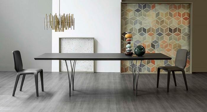 """テーブル「Gap」Alain Gillesデザイン。名前の意味は「開くこと、スペース」。ポイントは上に向かう程開いた2本の""""刃""""で構成される脚。"""