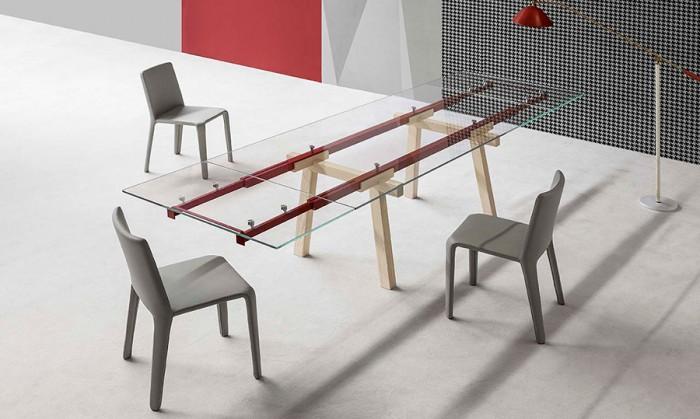 テーブル「Tracks」Alain Gillesデザイン。「線路」を表す二本の金属製の伸張軸棒をあえて見せることでデザインのポイントとした。