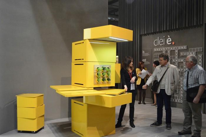 子供や若い人向けのユニット収納家具を得意とするクレイ社。明快な色づかいと70年代を思わせるデザインが新鮮。