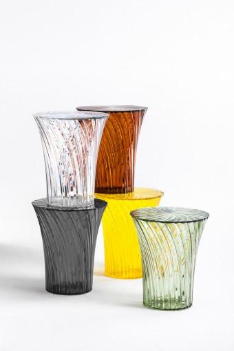 「Sparkle」スツール、「Twinkle」カフェテーブル、ともに吉岡徳仁デザイン。