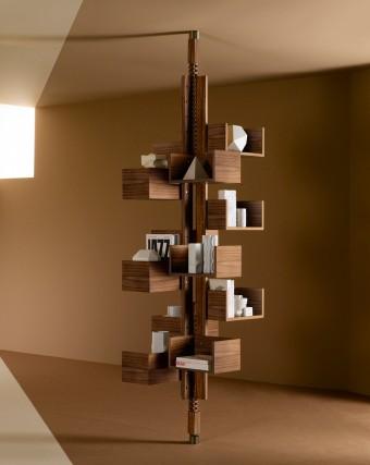 「Albero」Fianfranco Frattiniデザイン(50年代末終わり)。4本の支柱に2本の橋脚、2方向にラックレールがつき、8から12個の棚を支える。本体はカナレット・ウォールナット材。