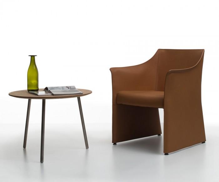 「Cap Chair 2」Jasper Morrisonデザイン。昨年発表されたCap Chairのリモデル。より低く、コンフォタブルな設計。キャスターがついた可動ラウンジチェア。