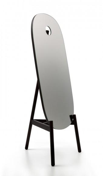 「Peg Mirror」Nendoデザイン。穴を開けたことによって構造が見え隠れするところがポイント。
