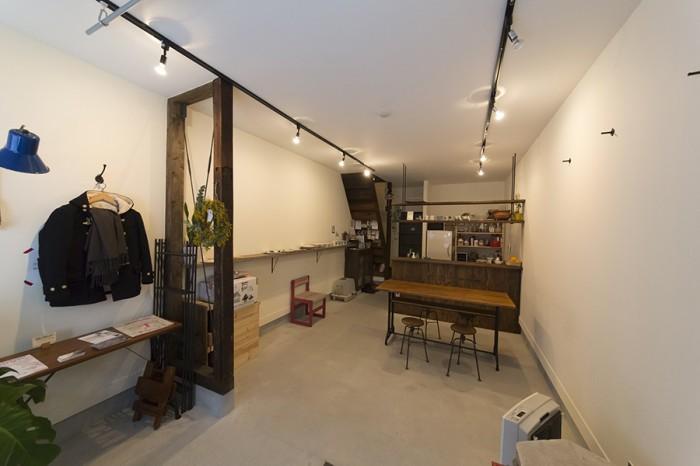1階部分をフリースペース「ニコツキ」として土日を中心に開放している。多いときでは30人ほどがここに集う。左手の木枠とワイヤーの筋交いは、もともとあった構造壁を開放的な空間に合わせてデザインし直したもの。