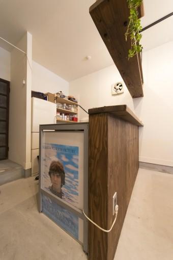 スペースの奥にあるキッチンカウンターには、サノさんが好きなジョージ・ハリスンのポスターが。
