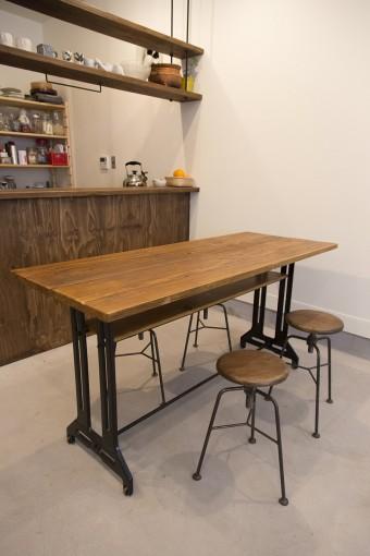 足場板とミシン台の脚を使ったテーブルと丸椅子は、オーナーが用意してくれたもの。