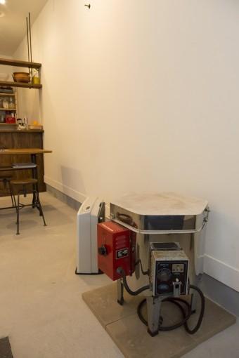 亜由美さんが陶芸制作に使う電気窯。本格的な窯は実家にある。この電気窯を使った陶芸教室なども企画している。